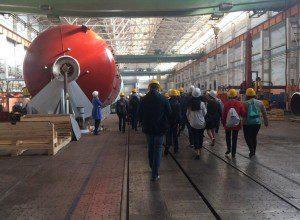 Школьники увидели, как на заводе «Комсомолец» исполняют уникальные заказы