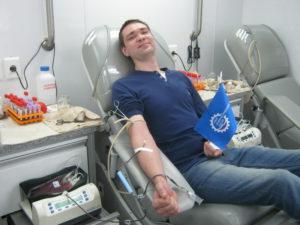 Сотрудники промышленных предприятий сдают кровь для больных людей